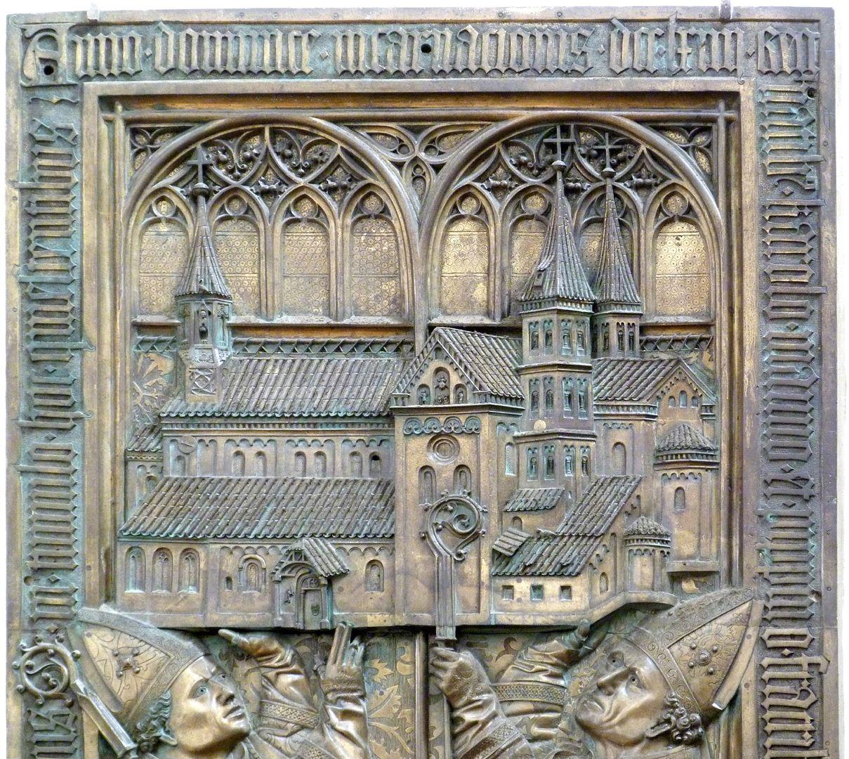 Memorienplatte für Hariolf und Erlolf obere Platte mit Kirchenmodell