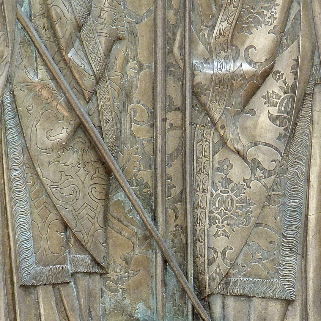 Memorienplatte für Hariolf und Erlolf Detail der Messgewänder und im Hintergrund Brokatvorhang