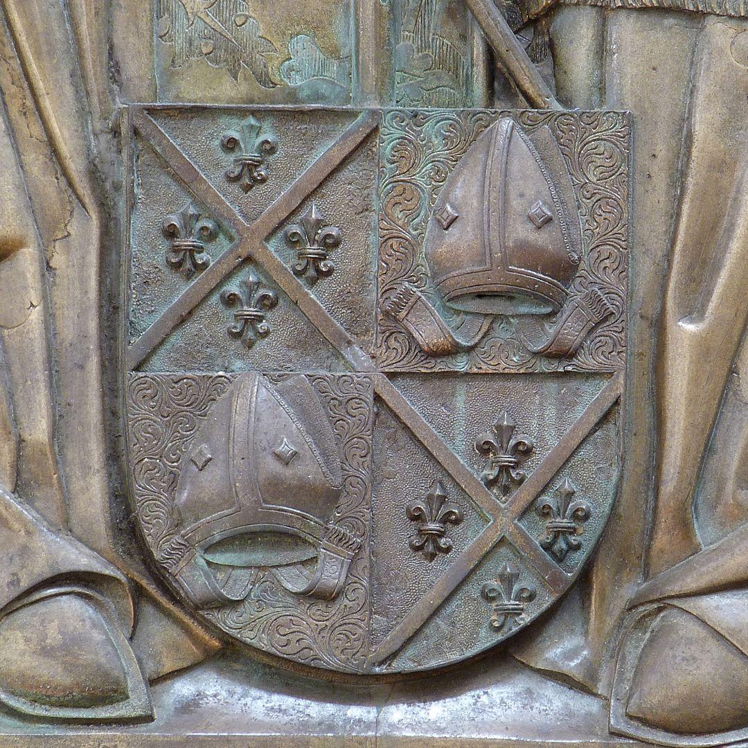 Memorienplatte für Hariolf und Erlolf gevierte Wappen der Brüder: Andreaskreuz mit vier Lilien und Bischofsmützen