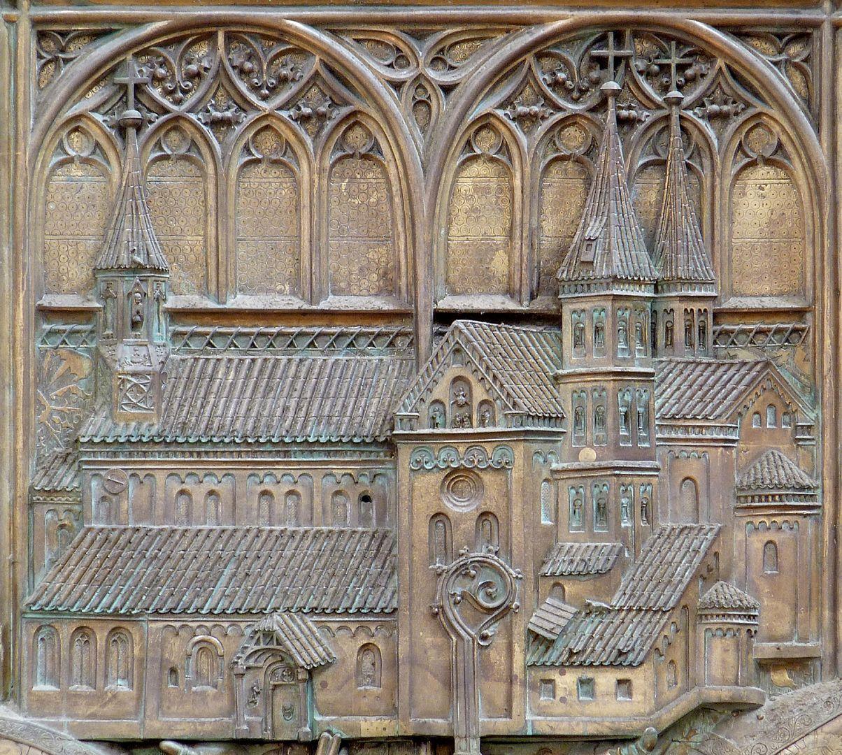 Memorienplatte für Hariolf und Erlolf Kirchenmodell vor Blendenpaar