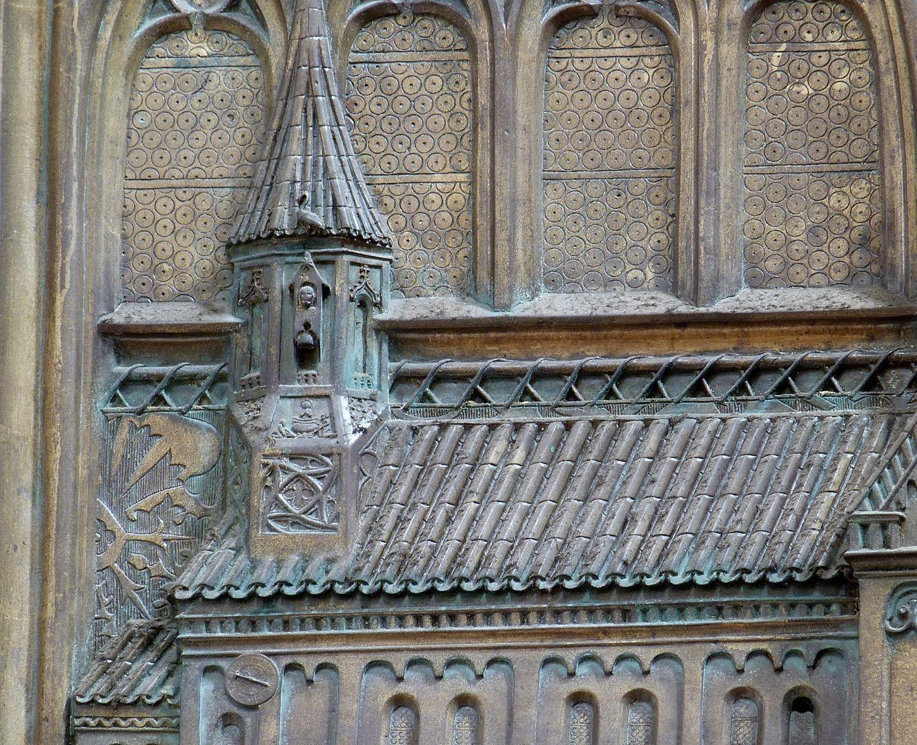 Memorienplatte für Hariolf und Erlolf Kirchenmodell, Detail mit Giebeltürmchen, darin eine Darstellung des Heiligen Vitus im Ölkessel