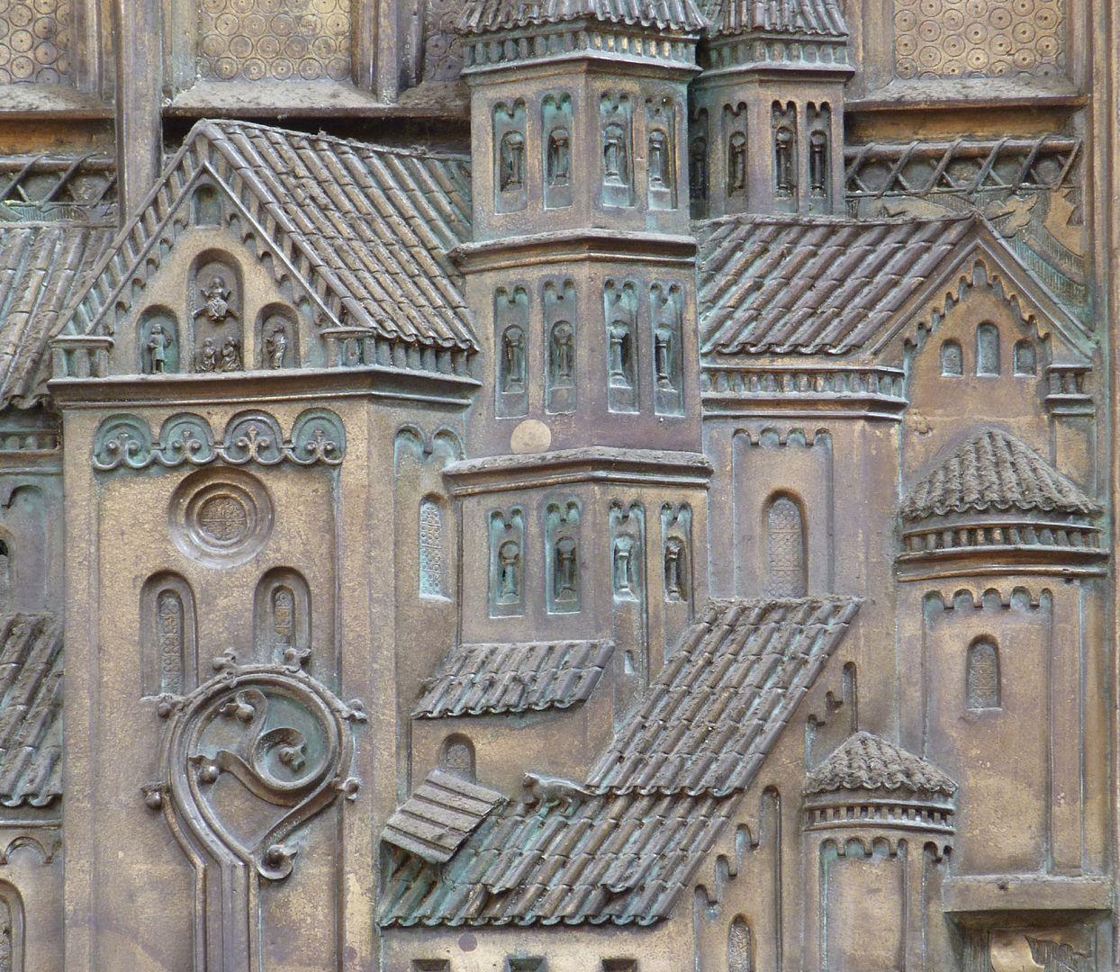 Memorienplatte für Hariolf und Erlolf Kirchenmodell, Detail (mit Katze auf dem unteren Pultdach)