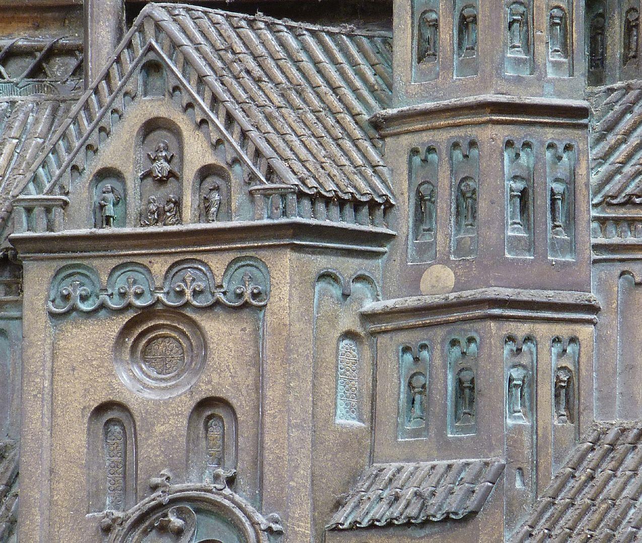 Memorienplatte für Hariolf und Erlolf Kirchenmodell, südlicher Querhausgiebel und Südturm