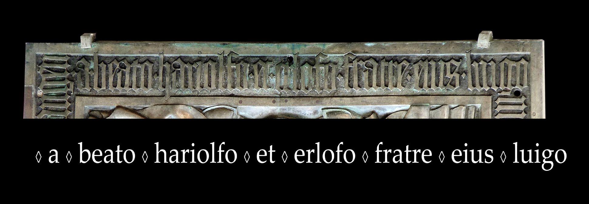 Memorienplatte für Hariolf und Erlolf Inschrift am unteren Plattenrand