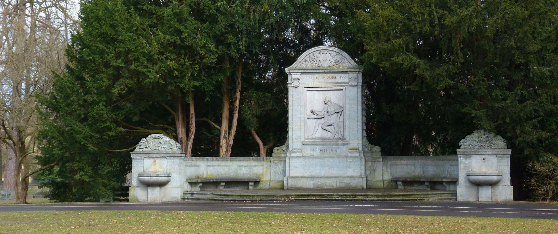 Schillerdenkmal Gesamtansicht, mit Sitzbänken und Brunnenschalen