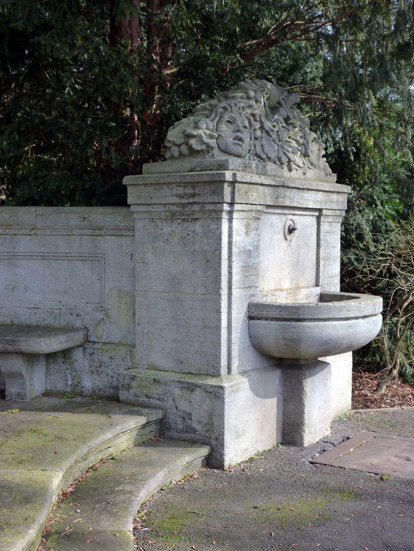 Schillerdenkmal rechte Brunnenanlage