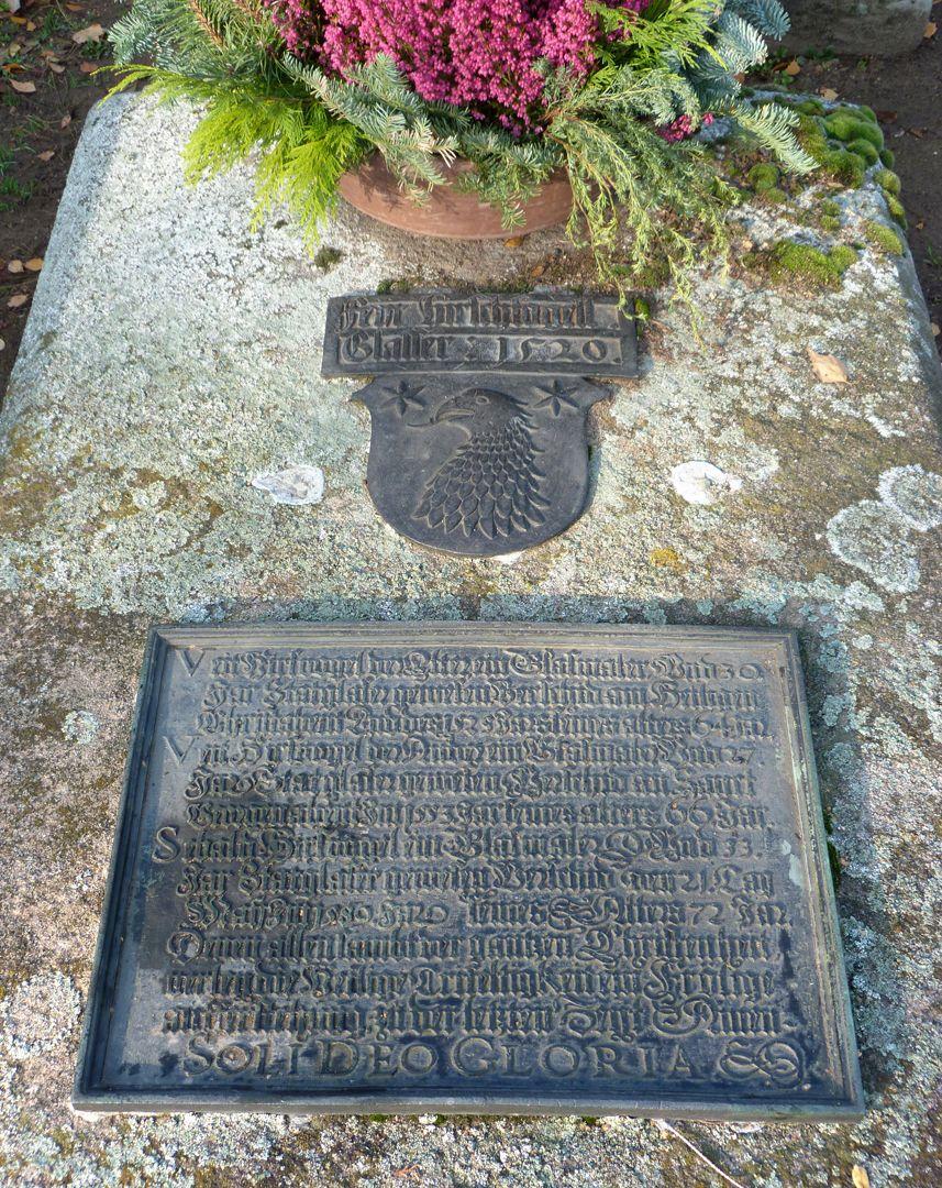 Hirsvogel Epitaph Grabstein mit Wappenschild und Messingtafel