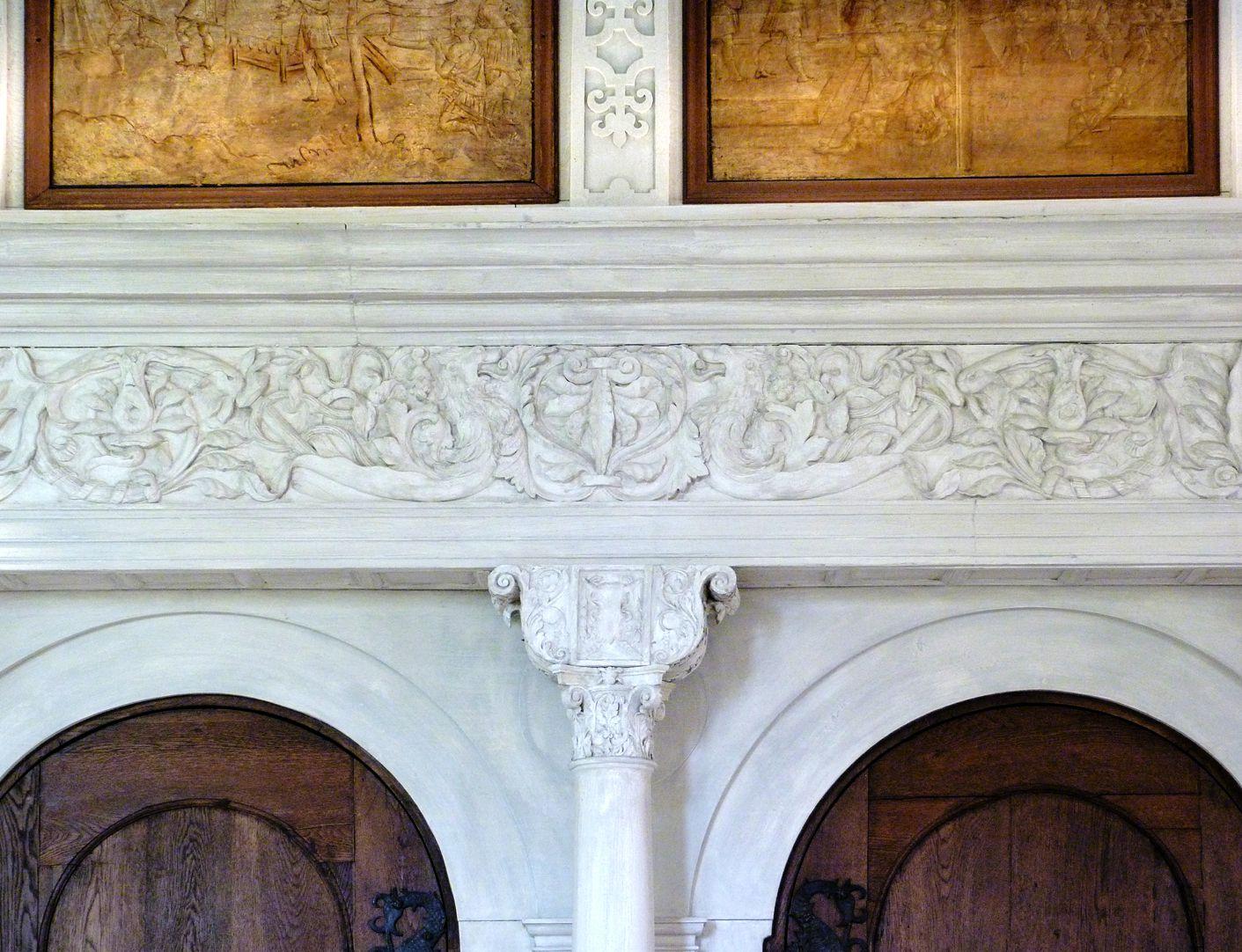 Hirsvogelsaal Zwillingsportal an der Nordwand, Kapitell mit Sattelholz und Gebälk mit Groteskenfries