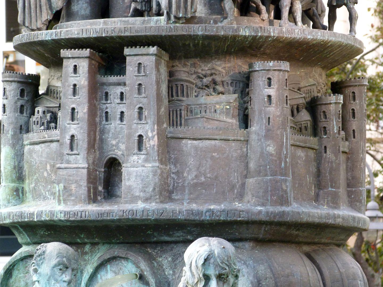 """Historiensäule Castellum apud Confluentes (deutsch """"Kastell bei den Zusammenfließenden"""") / Koblenz, die Stadt an Rhein und Mosel"""