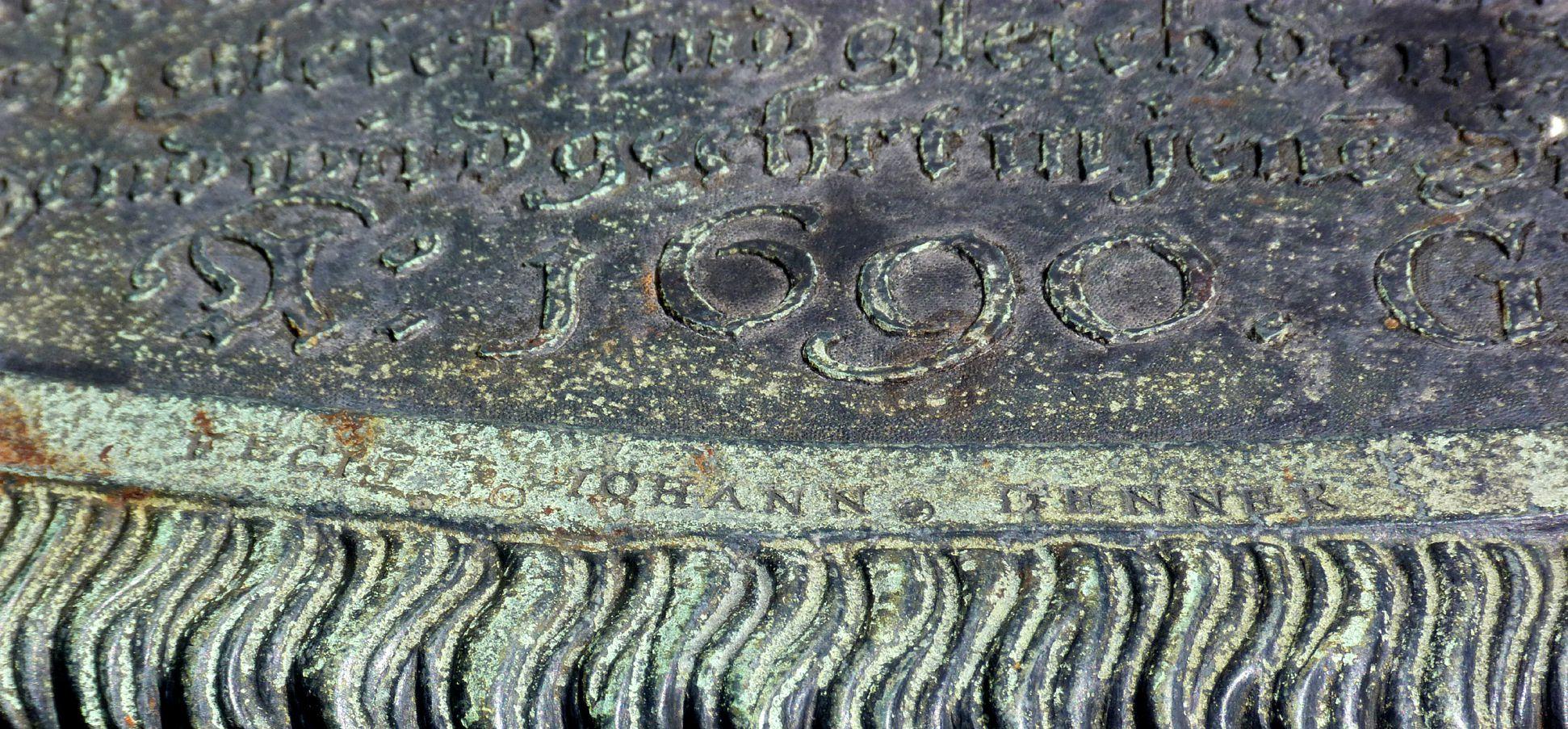 Johannisfriedhof, Grab 318/19 Detail mit Signatur
