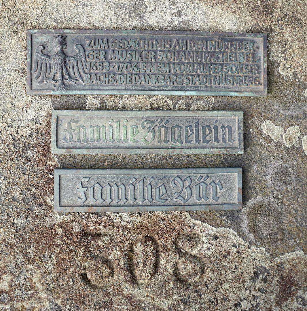 Johann Pachelbel Grabstätte Erinnerungstafel für Pachelbel und zwei weitere Namensschilder