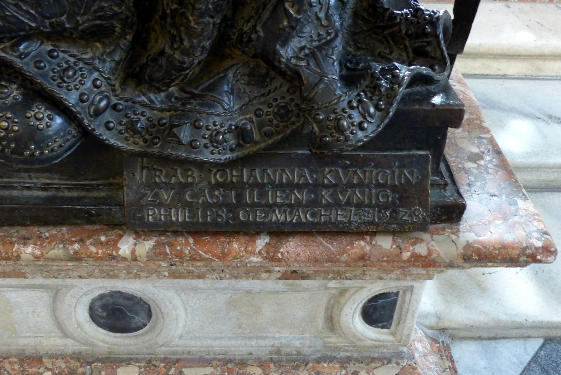 Johanna von Kastilien (Innsbruck) Sockel mit Inschrift:   FRAB . JOHANNA . KVNIGIN ./. ZV CASTILIEN . KVNIG ./. PHILIPS . GEMACHEL .1.5.2.8.