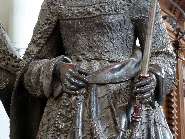 Johanna von Kastilien (die Wahnsinnige)  (Innsbruck) mittlerer Körperbereich