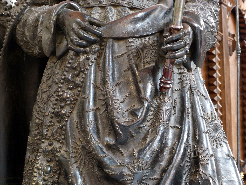 Johanna von Kastilien (die Wahnsinnige)  (Innsbruck) Hände und Gewanddetail