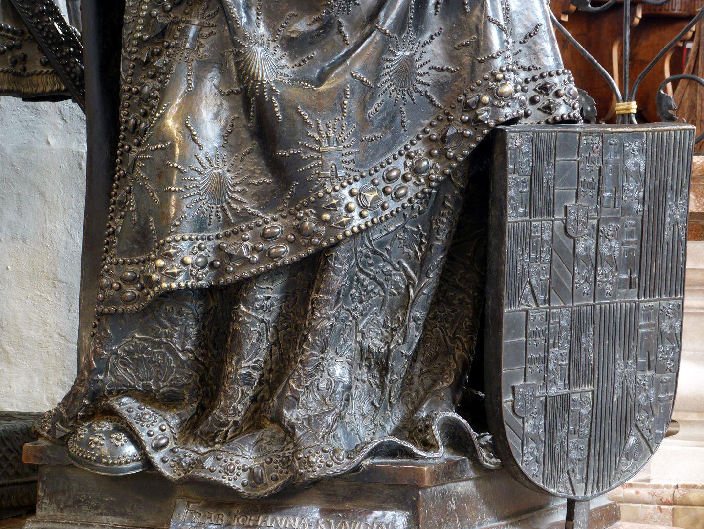 Johanna von Kastilien (die Wahnsinnige)  (Innsbruck) unterer Gewandbereich und Wappenschild