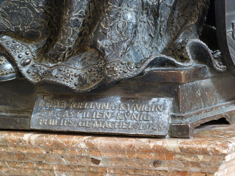 Johanna von Kastilien (die Wahnsinnige)  (Innsbruck) Sockel mit Inschrift: FRAB . IOHANNA . KVNIGIN ./. ZV CASTILIEN . KVNIG ./. PHILIPS . GEMACHEL .1.5.2.8.