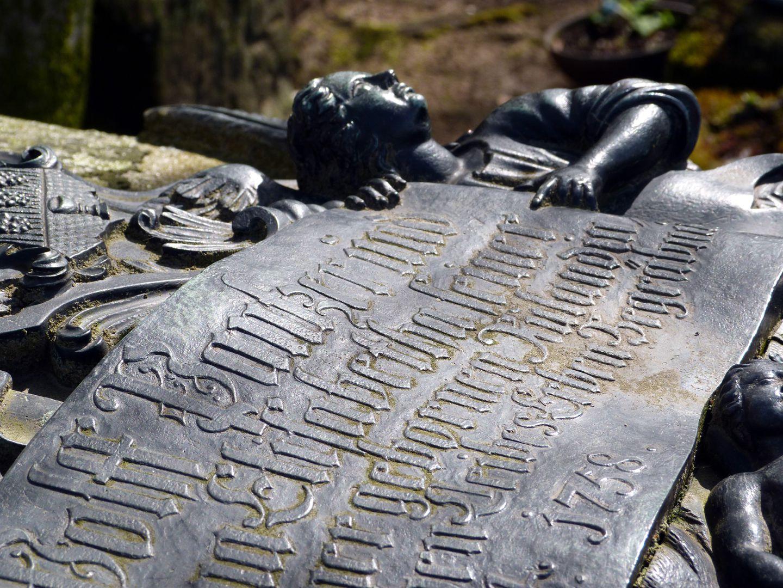 Tumba des Georg Wolff Pantzer und Ehefrau Anna Maria Elisabetha Ruland obere Inschrift, Detail mit Betonung der Reliefierung