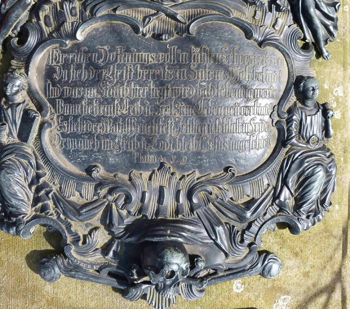 Tumba des Georg Wolff Pantzer und Ehefrau Anna Maria Elisabetha Ruland untere Inschriftpartie mit abschließendem Schädel