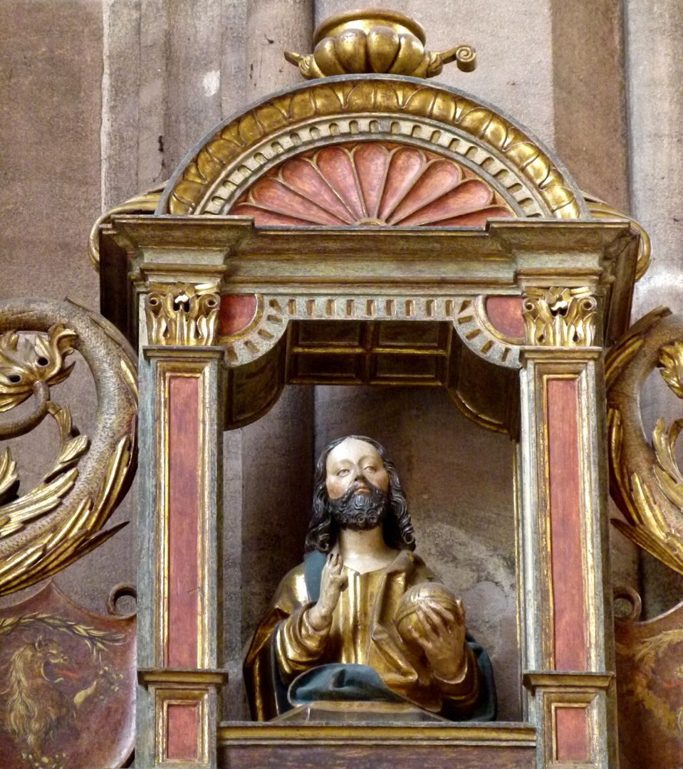 Johannesaltar (Altar der beiden Johannes) Giebel mit der segnender Salvatorbüste