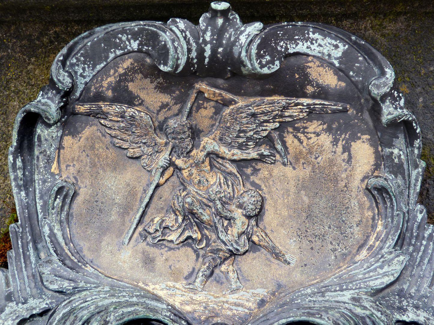 Tumba des Daniel Weidner und Ehefrau Maria Regina Leutner Rokokokartusche an der Westseite, Geflügelter Tod mit Sichel, ein Kind raubend