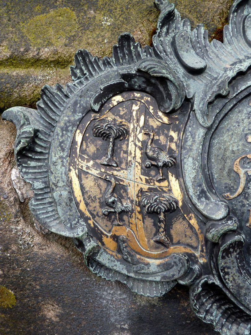 Tumba des Daniel Weidner und Ehefrau Maria Regina Leutner Westseite, Wappen links