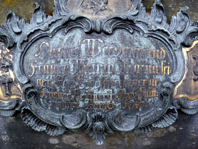 Tumba des Daniel Weidner und Ehefrau Maria Regina Leutner westliche gewölbte Kartuschenmitte, 1747