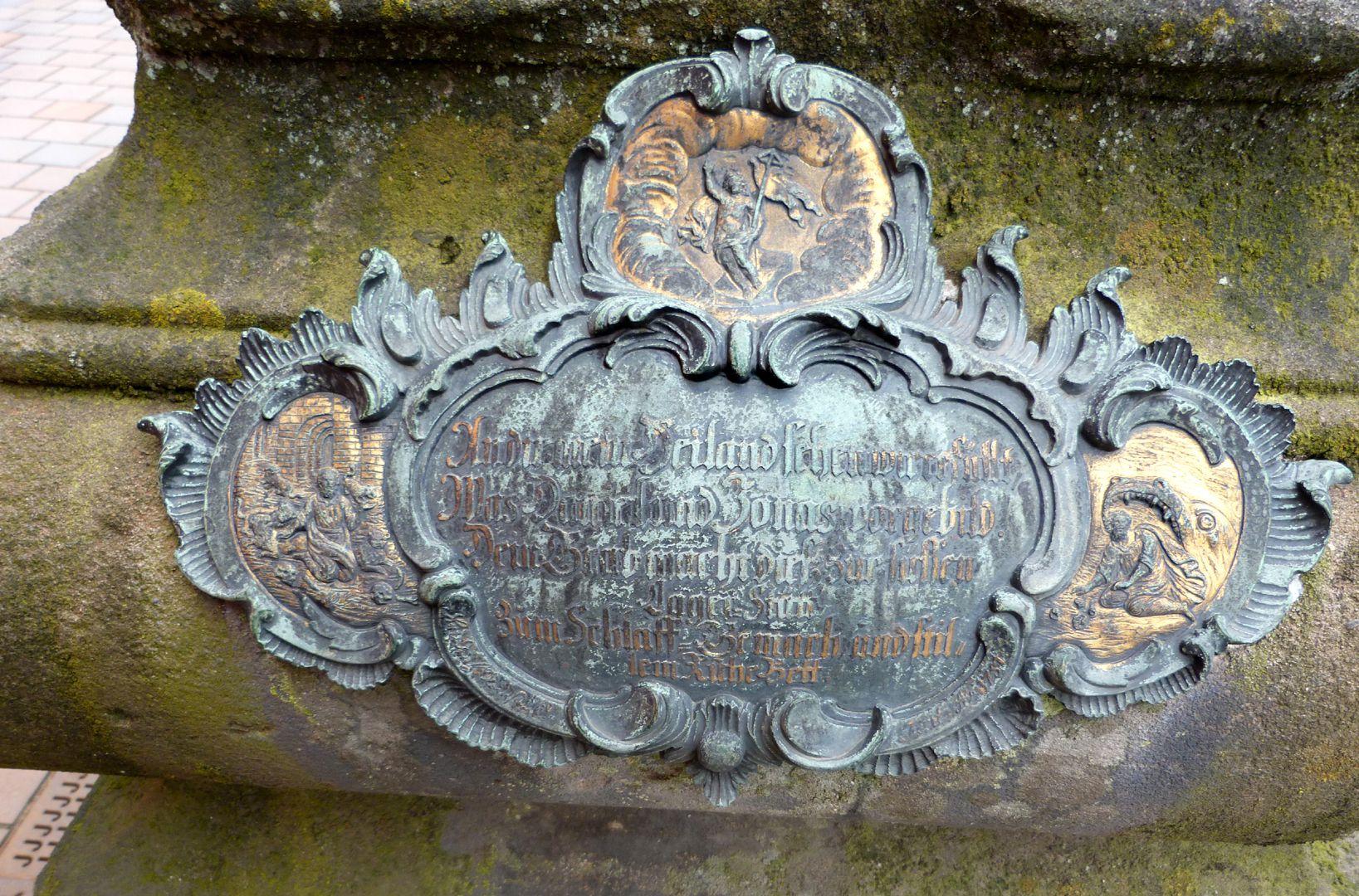 Tumba des Daniel Weidner und Ehefrau Maria Regina Leutner Rokokokartusche an der Ostseite
