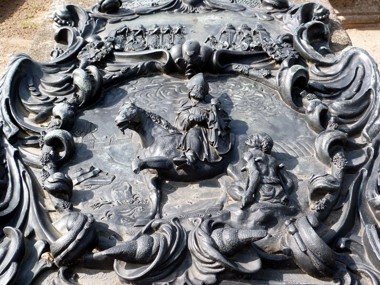 Epitaph des Martin Peller (gest. 1629) und Ehefrau Maria Viatis (gest. 1641) Kartusche mit Darstellung des Namenspatrons Martin zu Pferd und dem Bettler in flacher Sicht