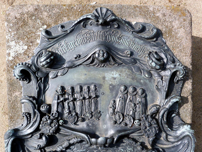 """Epitaph des Martin Peller (gest. 1629) und Ehefrau Maria Viatis (gest. 1641) obere Kartusche mit Inschrift aus dem vierten Psalm: """"Ich Lige vnd Schlaffe gantz mit Friden"""" und Familiendarstellung"""