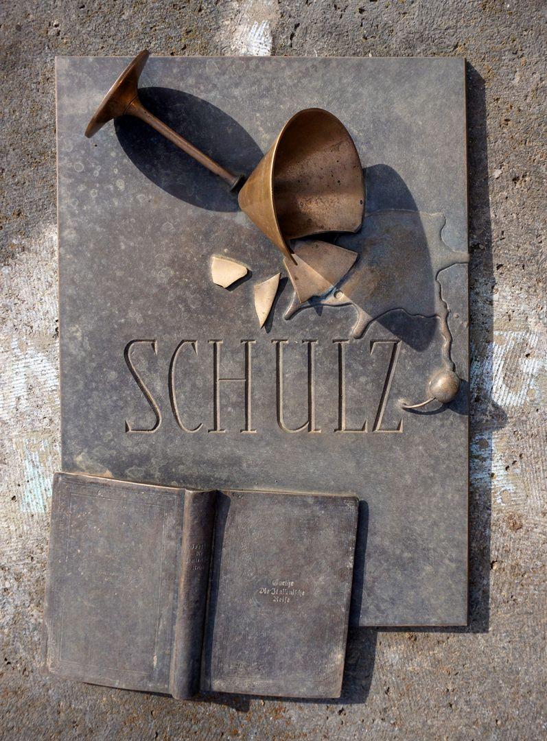 Johannisfriedhof Grabstätte II C 120 Ansicht von oben mit umgestürztem Cocktailglas und einem aufgeschlagenen Buch von Goethes Italienischer Reise