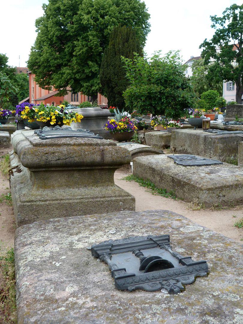Epitaph des Hanß Parterum Gräberfeld mit Johanniskirche im Hintergrund