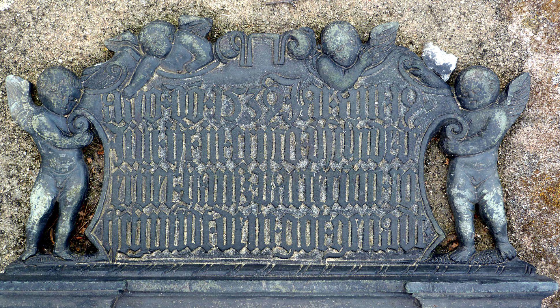 """Epitaph des Hanß Parterum Inschrift, links und rechts von Engeln gehalten. """"Der linke obere Engel rückt noch am Jahr"""""""