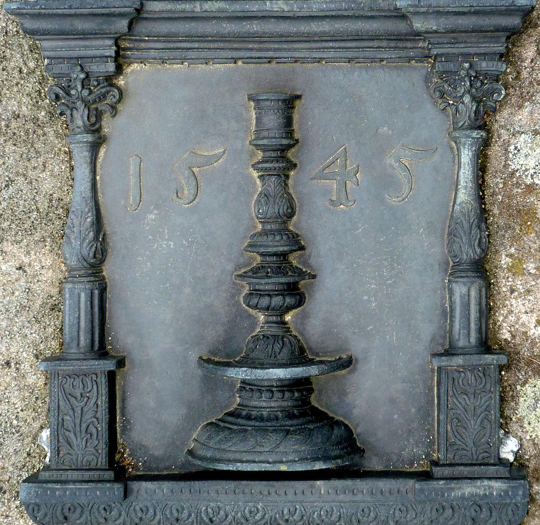 Epitaph des Hanß Parterum Tischleuchter zwischen zwei Balustersäulen