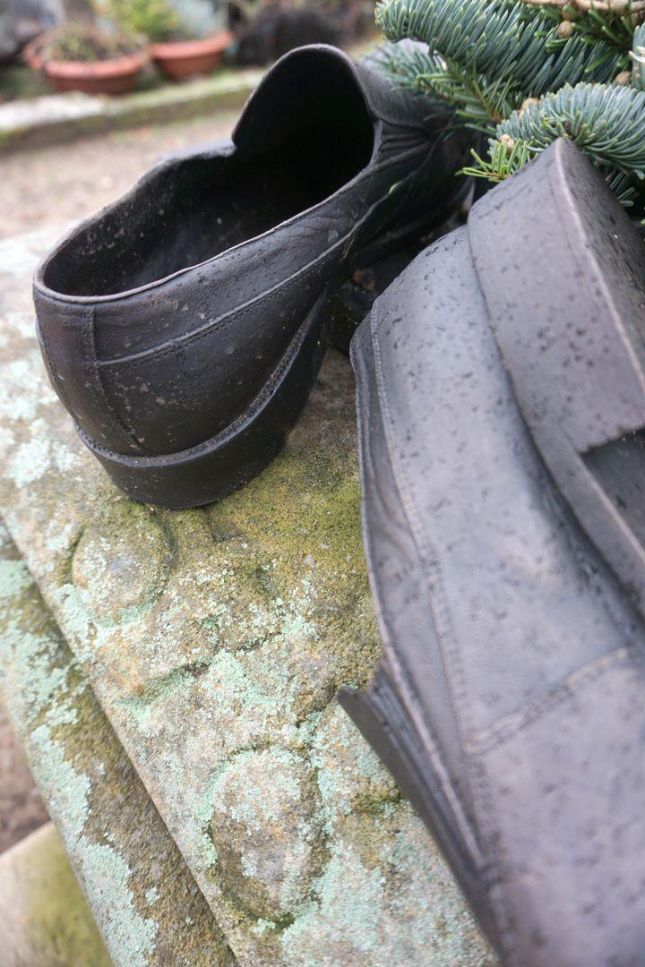 Johannisfriedhof Grabstätte II V 578 Detailansicht der Schuhe