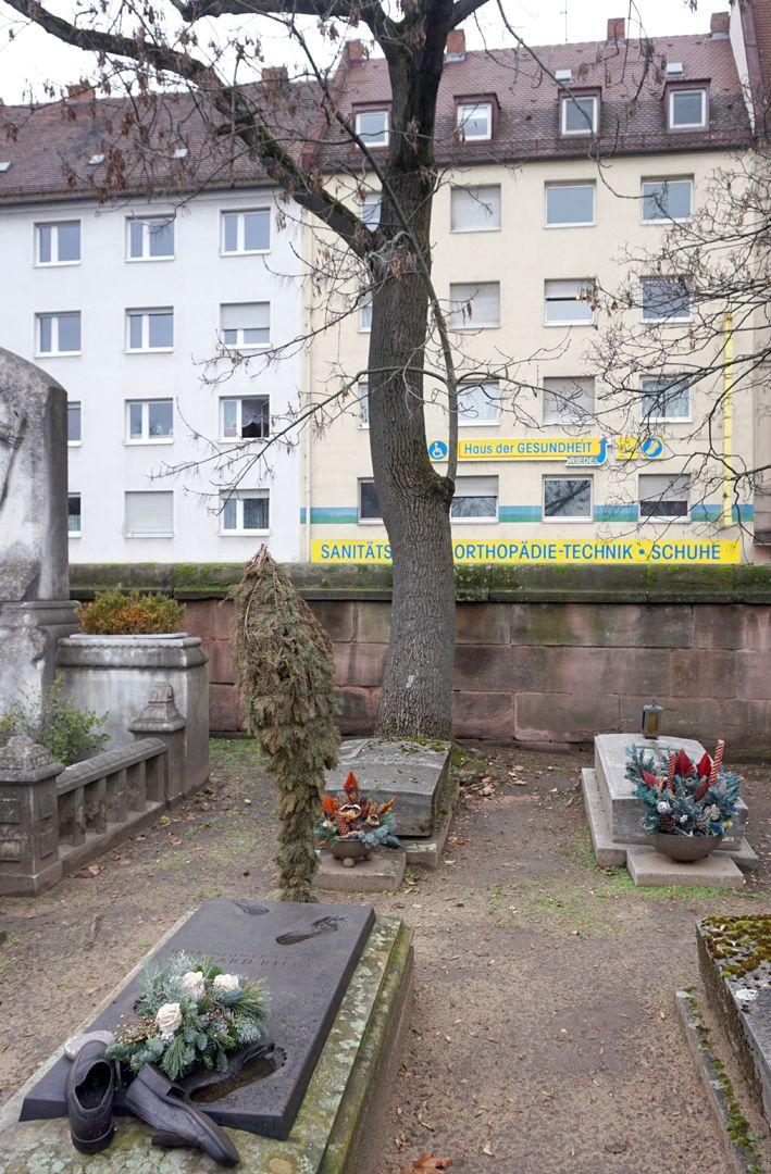 Johannisfriedhof Grabstätte II V 578 Lage im Gräberfeld, vis a vis der Friedhofsmauer liegt an der Straße der Firmensitz des Verstorbenen
