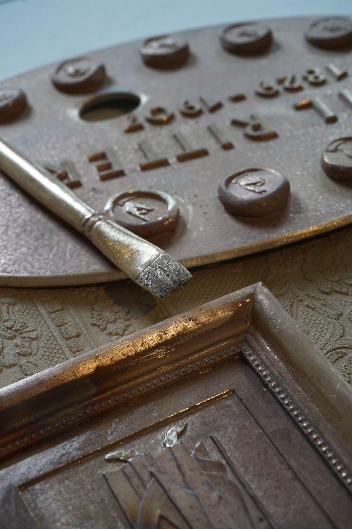 Paul Ritter Grabstätte Letzte Entscheidung in der Anordnung der einzelnen Reliefs bzw. von Palette und Pinsel, Bronzeguß noch unbehandelt.