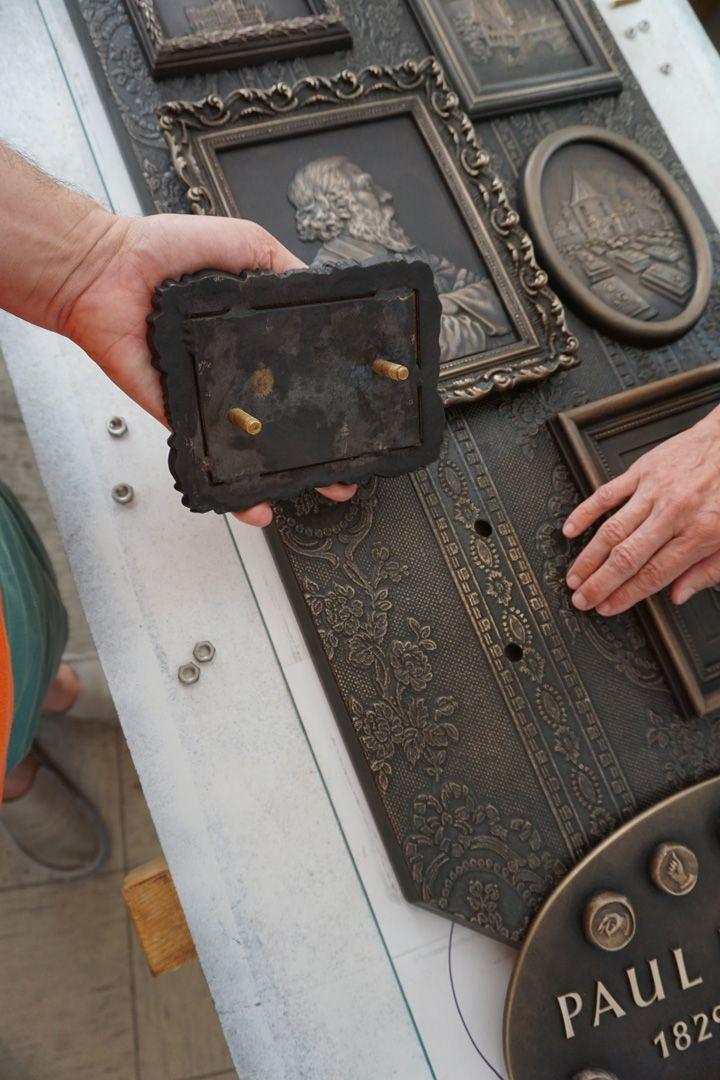 Paul Ritter Grabstätte Montage der Reliefs auf der Grundplatte