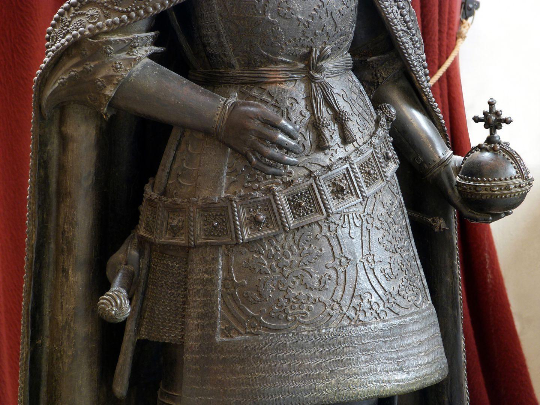 Albrecht II. (Innsbruck) Harnischrock mit Metallgürtel, in der Linken der Reichsapfel, bei der Rechten Zepter abgegangen