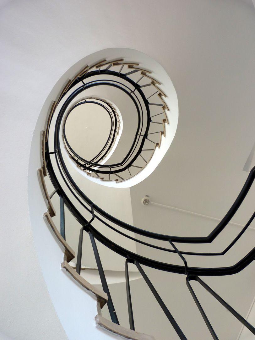 Verwaltungsbau am Königstorgraben Treppenauge nach oben