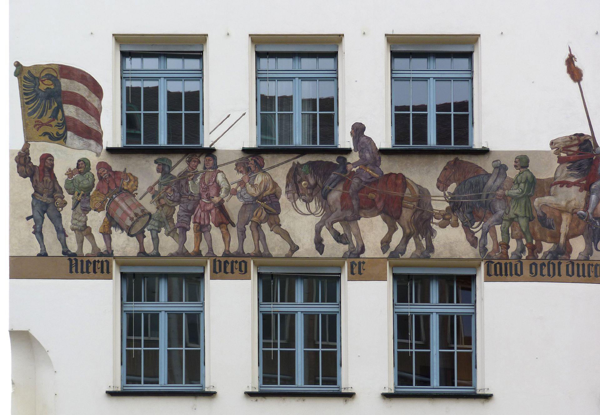 Kaufmannszug Ostfassade, Detail: Banner und Schutzkolonne