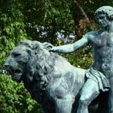 Figurengruppe mit Löwen