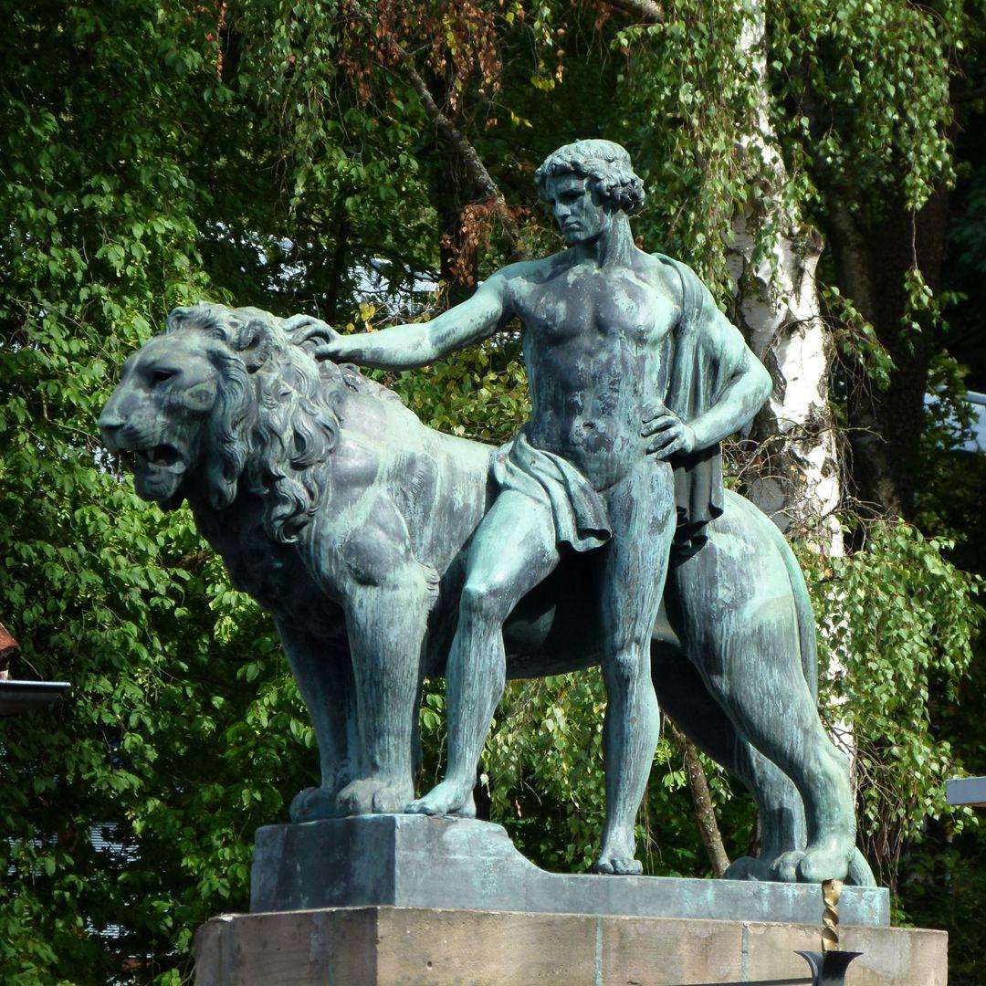 Figurengruppe mit Löwen Mann mit Löwe