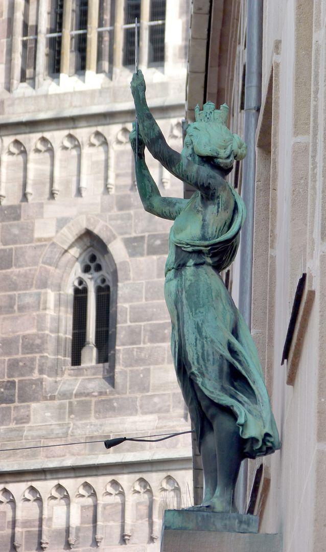 Fassadenfiguren: Noris und Fortuna Noris, Seitenansicht