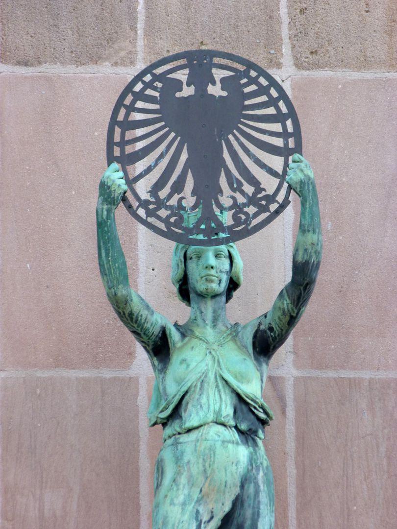 Fassadenfiguren: Noris und Fortuna Noris, Detail