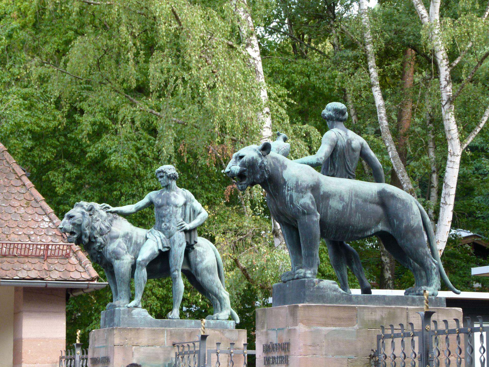 Figurengruppe mit Löwen Mann und Frau mit Löwe bzw. Löwin