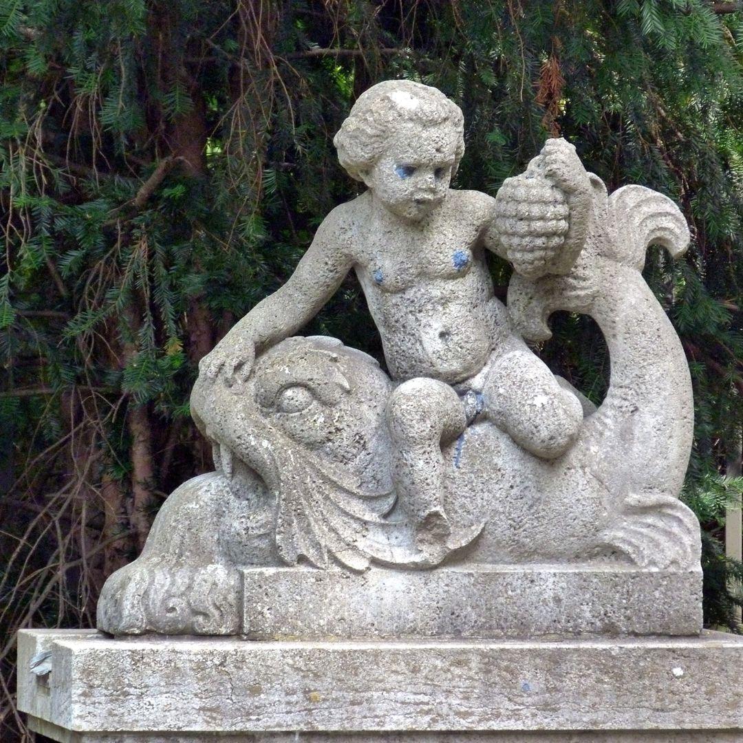 Pomonabrunnen Knabe mit Weintrauben auf einem Delphin