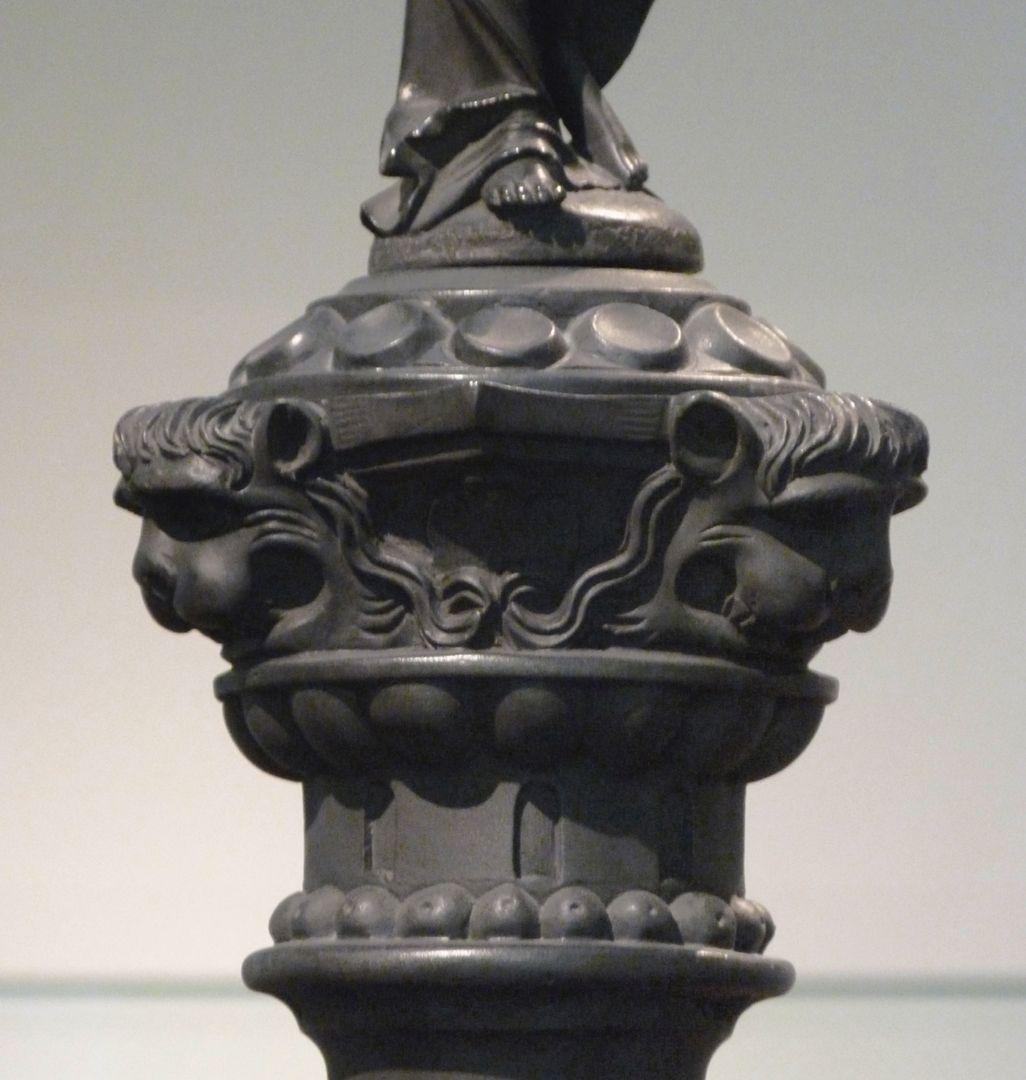 Kleopatra-Brunnen Säulenkapitell mit Löwenköpfen