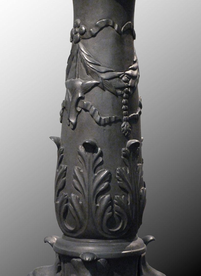 Kleopatra-Brunnen Kandelaberartiger Säulenschaft mit Akanthusblättern und Girlanden