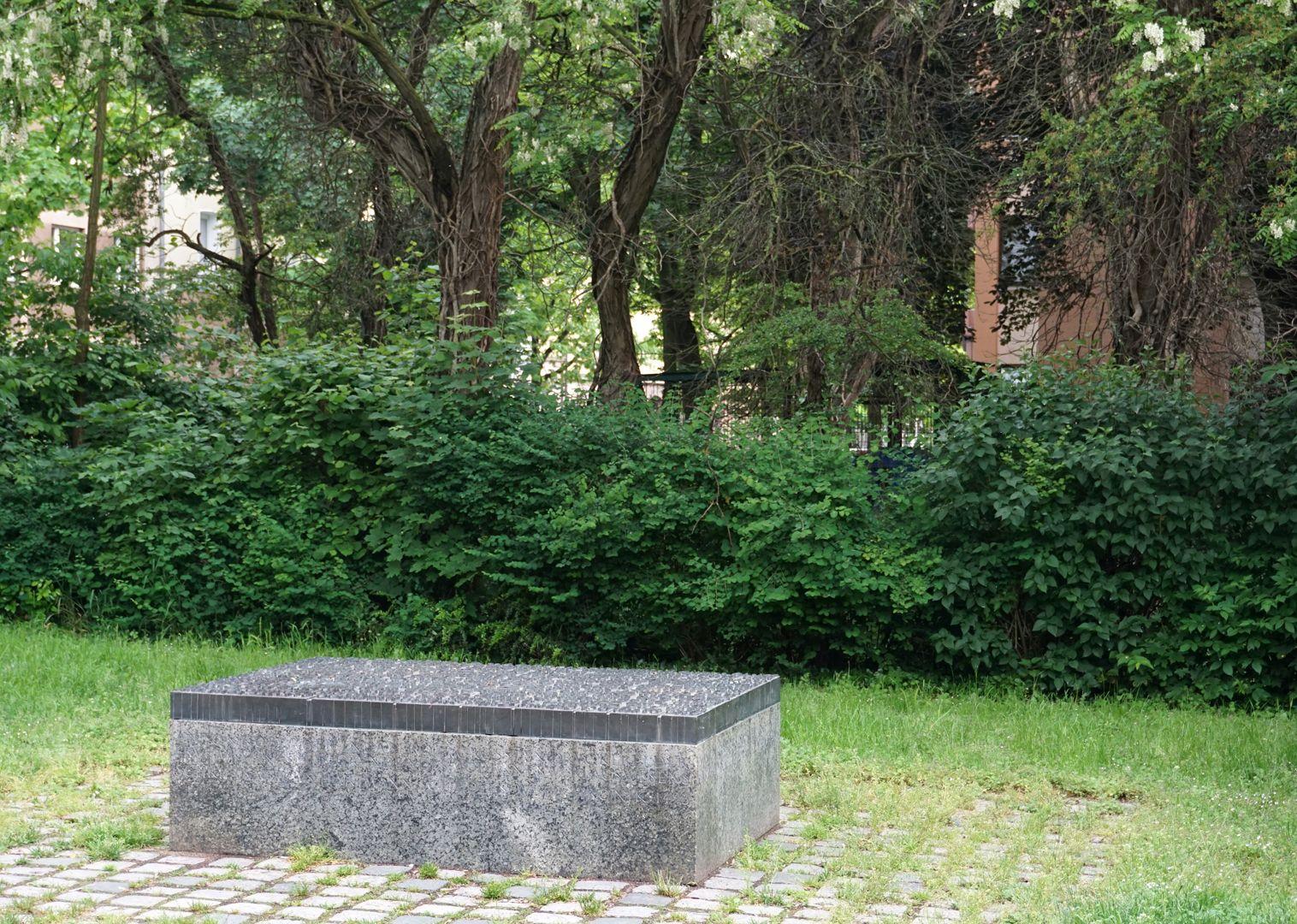 Anton Koberger / Gedenkstein Ansicht von Osten