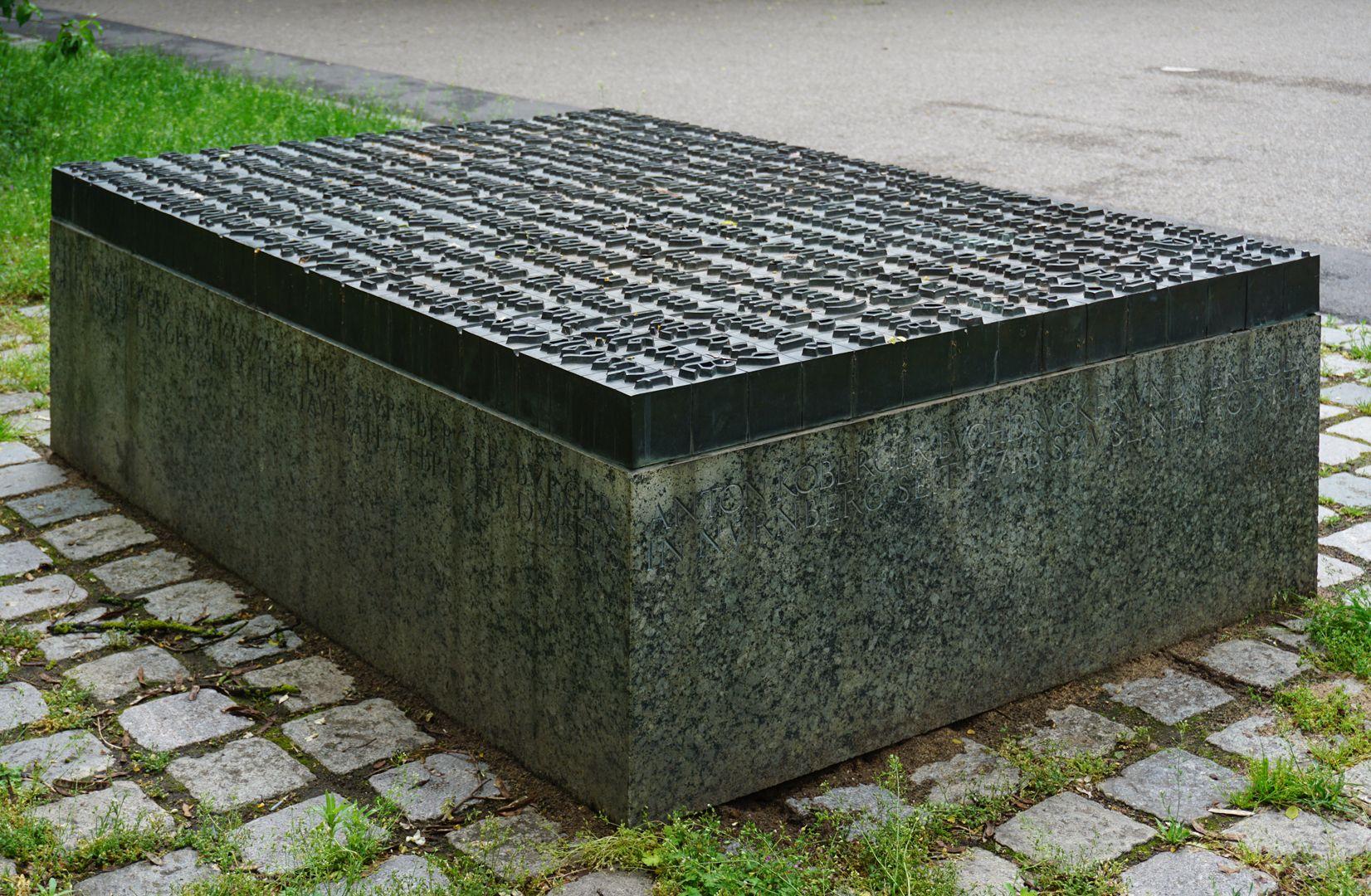Anton Koberger / Gedenkstein Schrägansicht auf die linke Seite (Ansicht von Südwest)